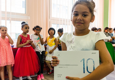 Prvňáčci z teplické školy zasažené vlnou rasistických útoků převzali tablety zakoupené díky kampani organizace ROMEA